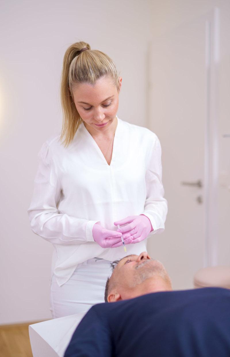 Dr. Kern behandelt einen Patienten