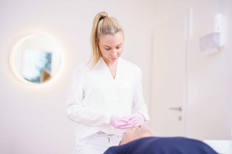 Dr. Kern mit Patient bei der Behandlung