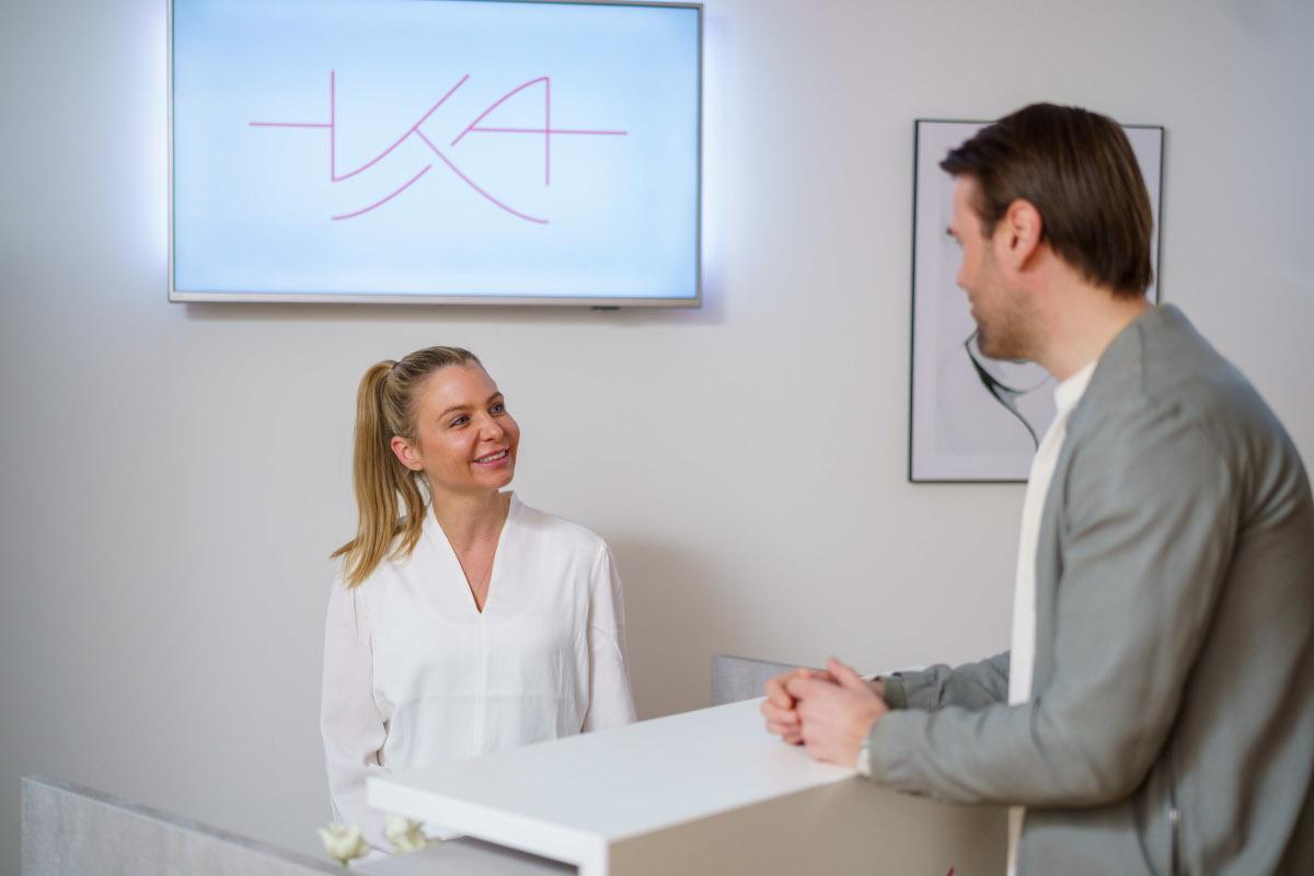 Dr. Kern mit Patient beim Empfang